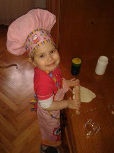 Nikolija je već spretna kuvarica
