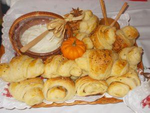 DOMAĆI KROASANI (punjeni dimljenim narendanim sirom)