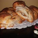 Hleb sa mladim crnim lukom i alevom paprikom
